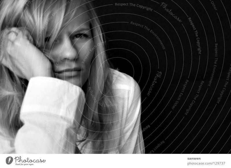 montag morgen Frau blond langhaarig kratzen Hand Kinn Hintergrundbild Denken ratlos dunkel Porträt Müdigkeit Morgenmuffel verschlafen woman Haare & Frisuren
