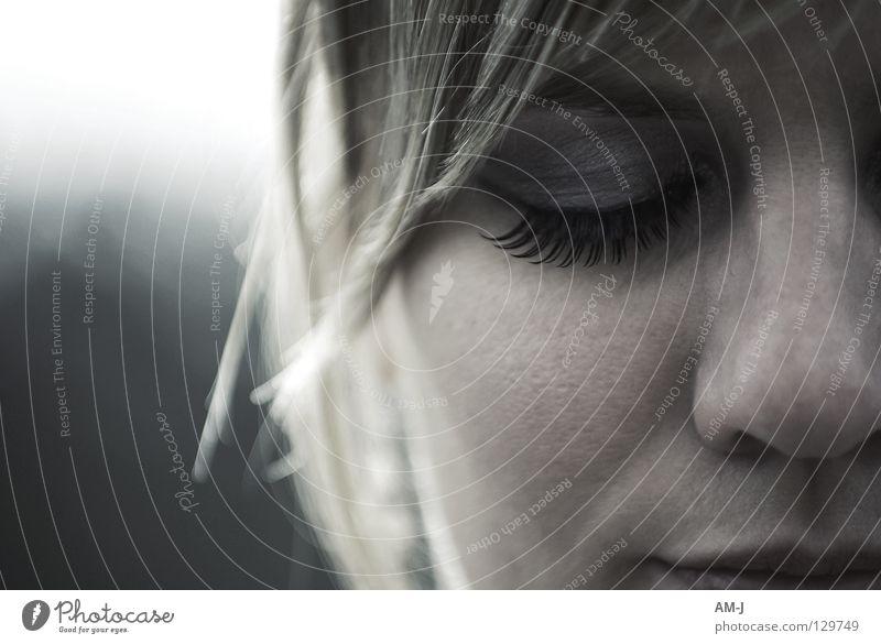 Glücklich retro Wimpern Porträt blond verträumt Nahaufnahme Frau Auge Nase Mund Gesicht Haare & Frisuren Detailaufnahme