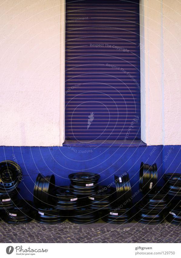 aufgehäuft Haufen Felge Autofahren Fahrzeug Reparatur Werkstatt Fassade Fenster Rollladen Stapel schwarz Dienstleistungsgewerbe Verkehr Handwerk