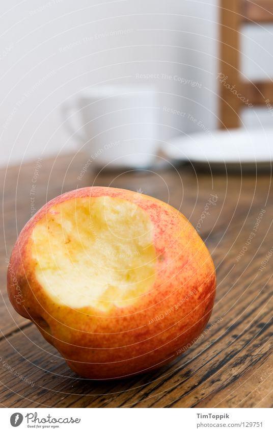 Stillleben mit Apfel II Tisch Tischplatte Tasse Teller Küche Mahlzeit Frühstück Abendessen Kaffeetasse Holz Holztisch Holzstuhl Geschirr Apfelschale Vitamin