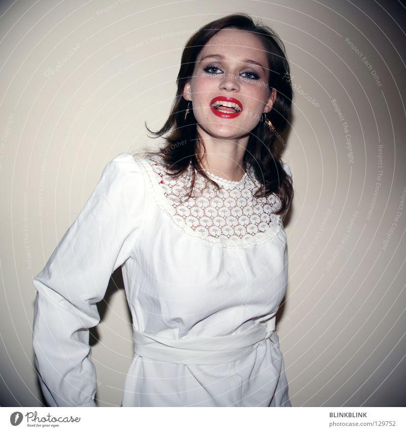 polnische hochzeit Frau Kleid Braut schön Wand Fröhlichkeit brünett weiß Brautkleid strahlend weiße Zähne dezent Stoff Faltenwurf Bekleidung Kragen filigran