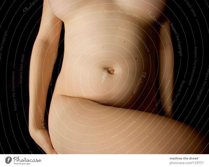 NACKT! nackt anziehen Oberkörper Frau feminin schön weich zart Oberschenkel ruhig Bauchnabel Erotik Schatten Hintergrundbild Leberfleck geschwungen Verlauf Akt