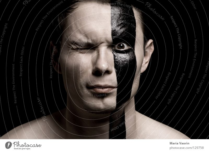 gestreift Streifen schwarz Zwinkern Auge zielen Blick beobachten Zebra Zebrastreifen Linie dumm kindisch Mann Eisenbahn anmalen streichen blinkern lustig