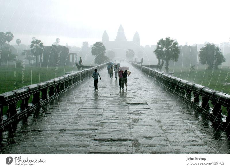durch den monsun Mensch Himmel Wasser Wolken Stein Regen laufen nass Wassertropfen Asien rennen Denkmal Urwald heilig Wahrzeichen Ruine