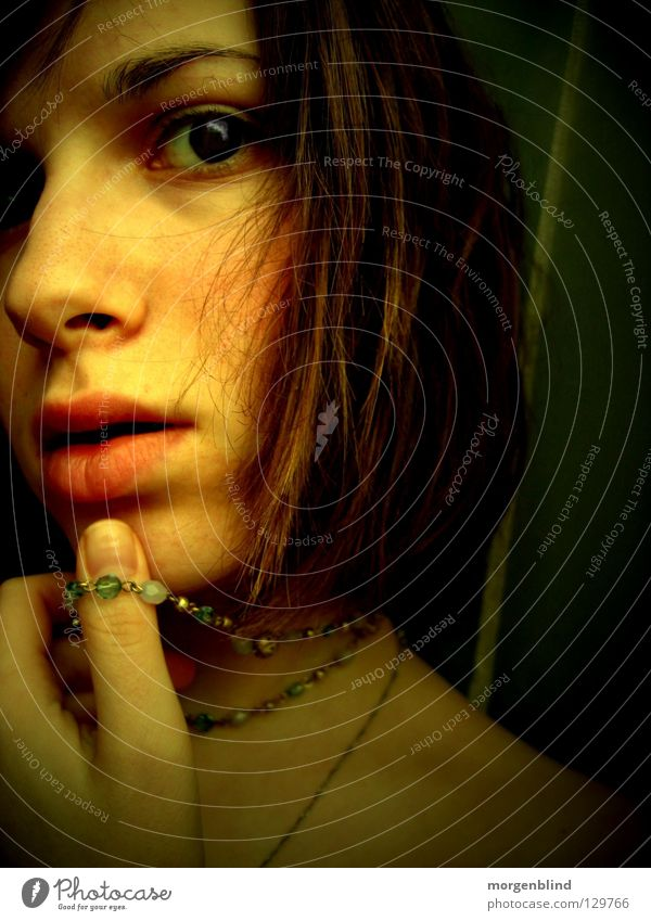 * gelb Lippen Stimmung Gefühle Porträt Licht Frau Daumen Hand Blick Auge woman Dame Gesicht Haare & Frisuren Denken Kette