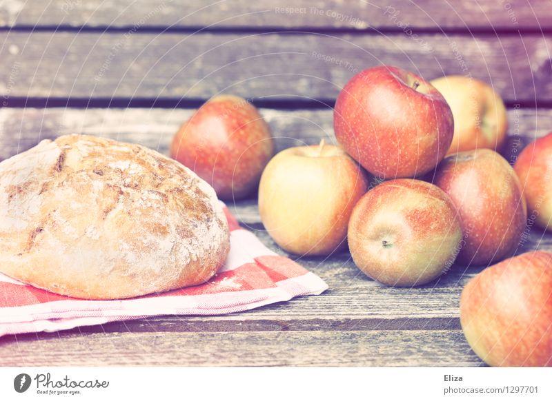 Picknick Lebensmittel Frucht Apfel Teigwaren Backwaren Bioprodukte Vegetarische Ernährung Idylle Natur Herbst herbstlich altehrwürdig lecker frisch Holz Brot