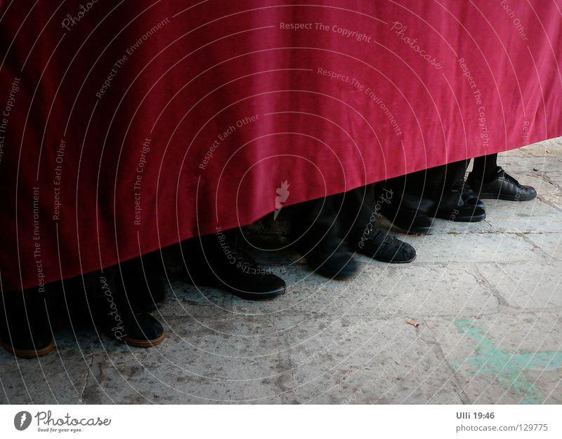 Im Gleichschritt, marsch! Mensch dunkel Feste & Feiern Menschengruppe Fuß 2 Schuhe warten Kirche 3 Konzentration 4 Vorhang Vorsicht tragen links