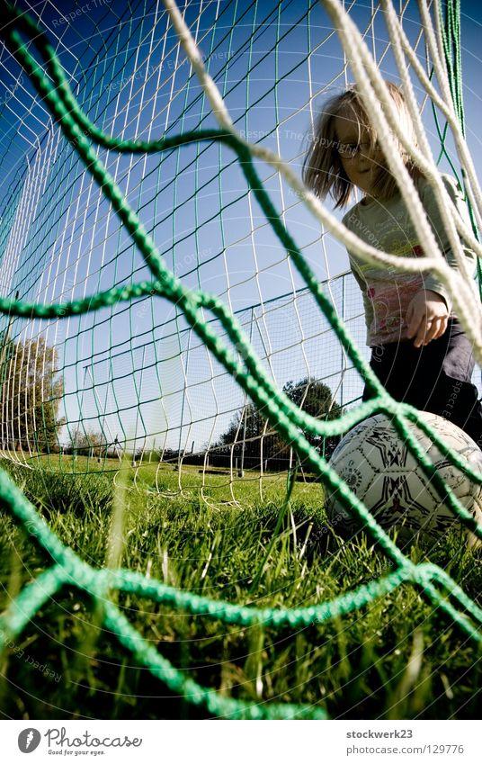 Das nächste Spiel ist immer das schwerste! Kind Freude Sport Spielen Gras Frühling Fußball Fußballer Ball Netz Tor Begeisterung Torwart