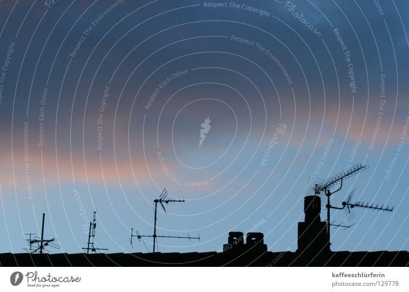 Kaltfront Himmel blau Wolken kalt Dach Schornstein Antenne März Vorderseite Abendsonne