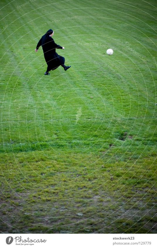 Wir sind Weltmeisterpapst! Freude Sport Spielen Gras Frühling Geistlicher Fußball Ball obskur Seite Begeisterung Schuss Nonne