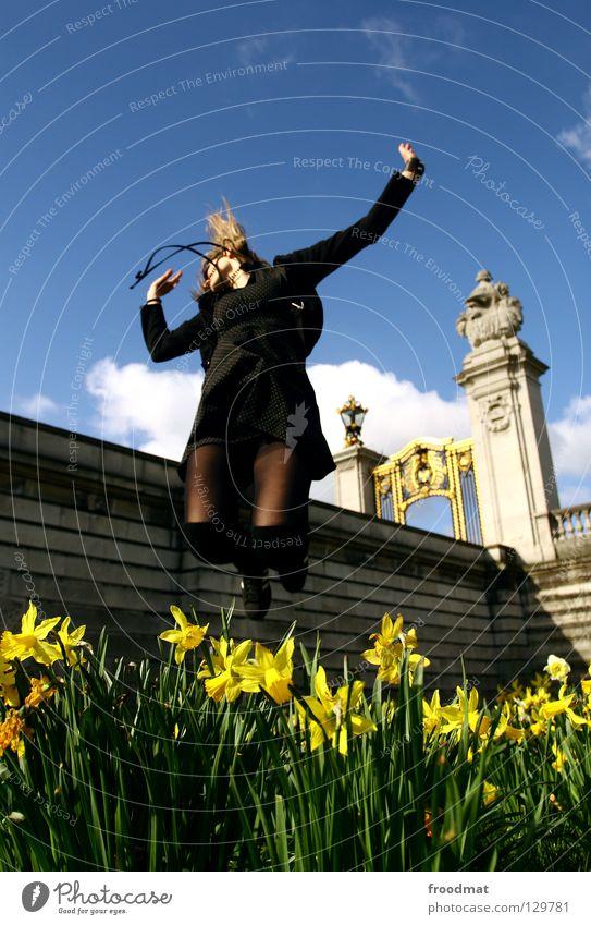 frühlingsgefühle Blume Wiese springen Wolken Frühling blenden Idylle Jugendliche himmlisch schön wach Übermut Aktion Luft gefroren Gras grün Physik genießen