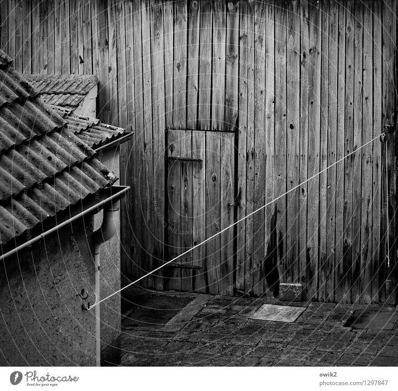 Haus und Hof alt dunkel Wand Gebäude Mauer Holz Fassade Tür einfach Vergänglichkeit Dach Sicherheit historisch festhalten Zusammenhalt