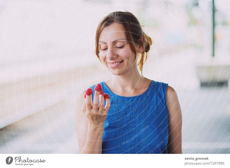Sommer Mensch Frau Ferien & Urlaub & Reisen Jugendliche blau Junge Frau Freude Ferne Erwachsene Leben Spielen Gesundheit Glück lachen Lifestyle Lebensmittel
