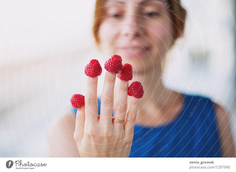 Himbeeren Mensch Jugendliche Junge Frau Gesunde Ernährung Leben Spielen Gesundheit Lifestyle Lebensmittel Zufriedenheit Frucht Lächeln genießen Ausflug Finger