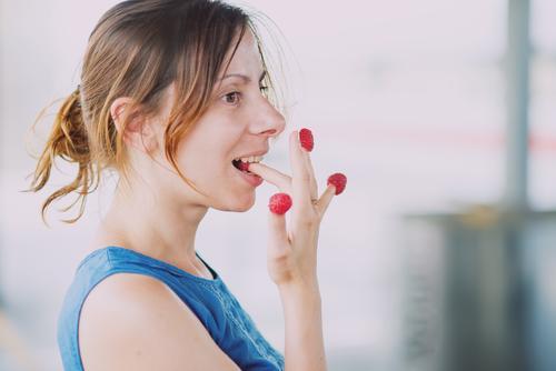 Himbeeren essen Mensch Ferien & Urlaub & Reisen Jugendliche Sommer Junge Frau Erholung Gesunde Ernährung Leben feminin Essen Gesundheit Lifestyle Zufriedenheit