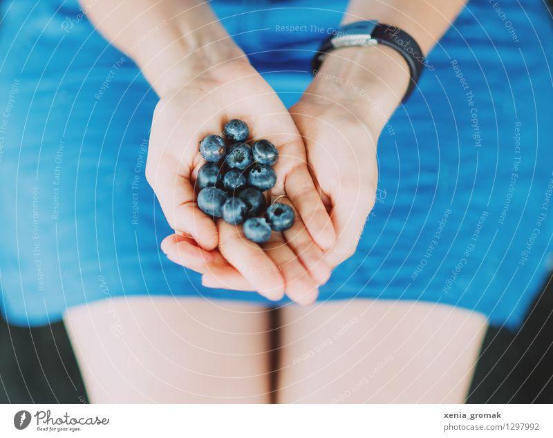 Blaubeeren Jugendliche blau Junge Frau Erholung Hand Gesunde Ernährung Leben Gesundheit Lebensmittel Zufriedenheit Frucht Tourismus Ausflug süß Fitness