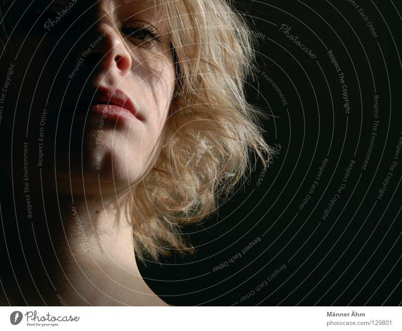 Auch der Schatten braucht das Licht. Frau Gesicht schwarz dunkel Gefühle Haare & Frisuren Mund hell blond Nase Trauer Vergänglichkeit Verzweiflung