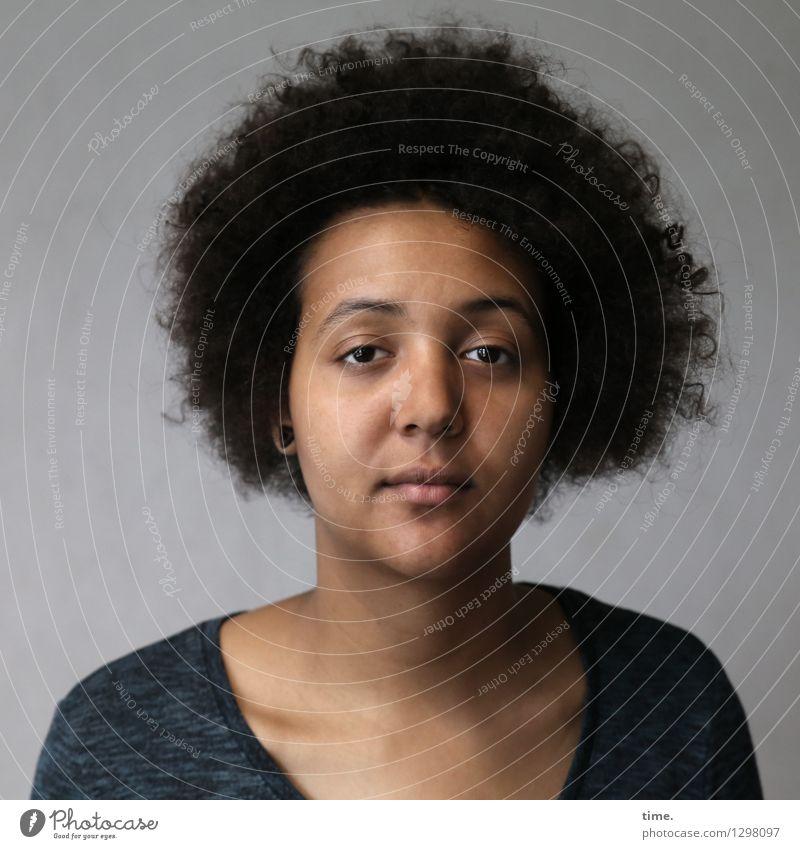 Ansiré feminin 1 Mensch T-Shirt schwarzhaarig Locken Afro-Look beobachten Denken Blick warten Coolness schön selbstbewußt Willensstärke Vertrauen