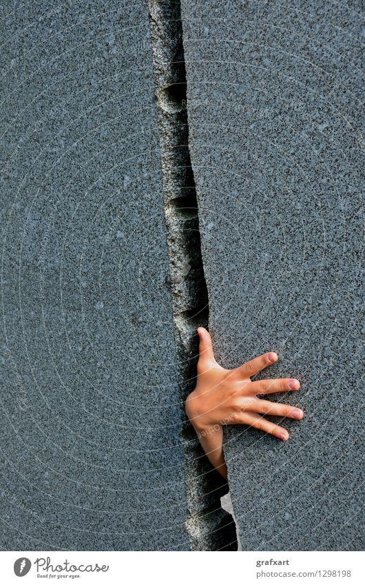 Durchbruch Mensch Hand Finger Wand Spalte Zwischenraum lustig Neugier stark grau Erfolg Kraft Willensstärke Mut Tatkraft Platzangst entdecken geheimnisvoll