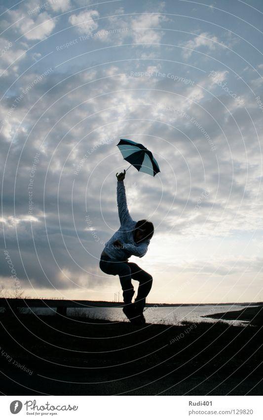 schirmspringer Mensch Mann Wasser Freude Wolken springen See hoch Sonnenschirm Schwung