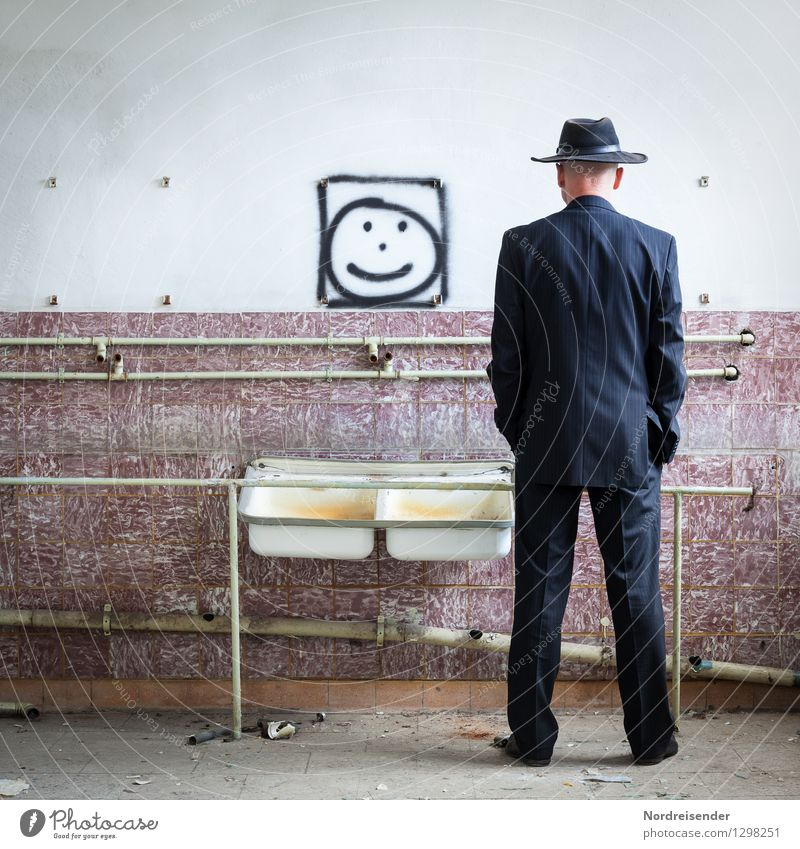 Schau dich an.... Mensch Ferien & Urlaub & Reisen Mann Erwachsene Wand Graffiti Innenarchitektur Mauer Denken Wohnung maskulin Raum Häusliches Leben dreckig