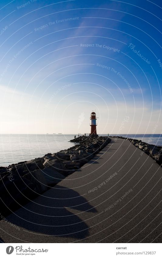 Wegweisend Navigation Richtung Einfahrt Rettung verhängnisvoll Meer Rostock Warnemünde Mole Leuchtturm Nachmittag genießen Hafen Ziel Wege & Pfade Wegweiser