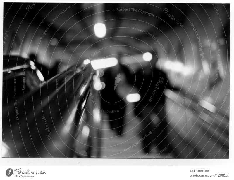 London - Tube dunkel U-Bahn Tiefenschärfe Stadt Rolltreppe unpersönlich
