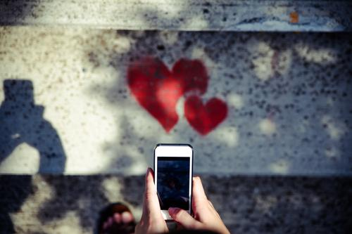 mit Smartphone Herzen fotografieren Lifestyle elegant Stil Design Handy PDA Fotokamera Unterhaltungselektronik High-Tech Telekommunikation Finger Kunst Künstler