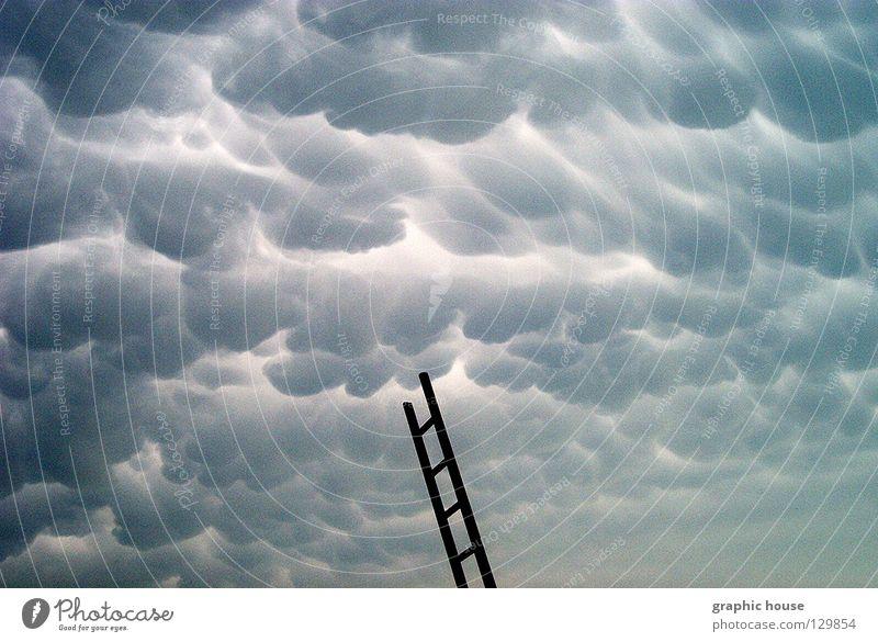 Unheil naht Wolken bedrohlich dunkel unheimlich berühren über den Wolken Himmel Leiter Himmelsleiter Hagel abstrakt der Weg nach oben verloren