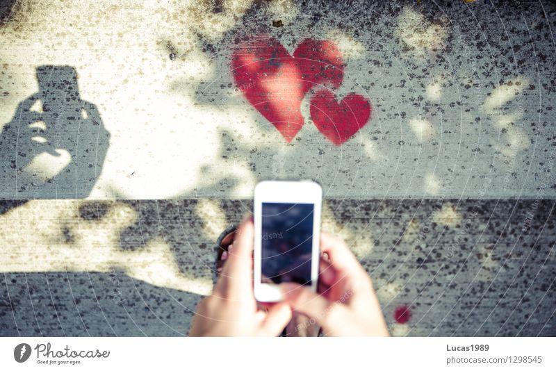 Liebe festhalten Sommer Hand rot Graffiti Kunst Zusammensein Freundschaft Treppe Herz Fotografie Finger Romantik Fotokamera Handy