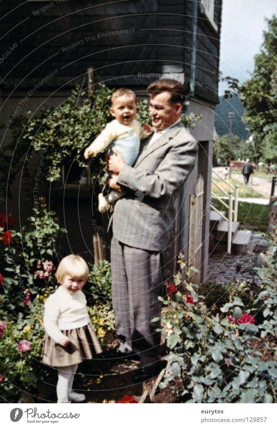 der Vater Mensch Kind Blume Freude Haare & Frisuren Garten Frühling Familie & Verwandtschaft Jahr Fröhlichkeit Rose Anzug Eltern Geborgenheit Sechziger Jahre