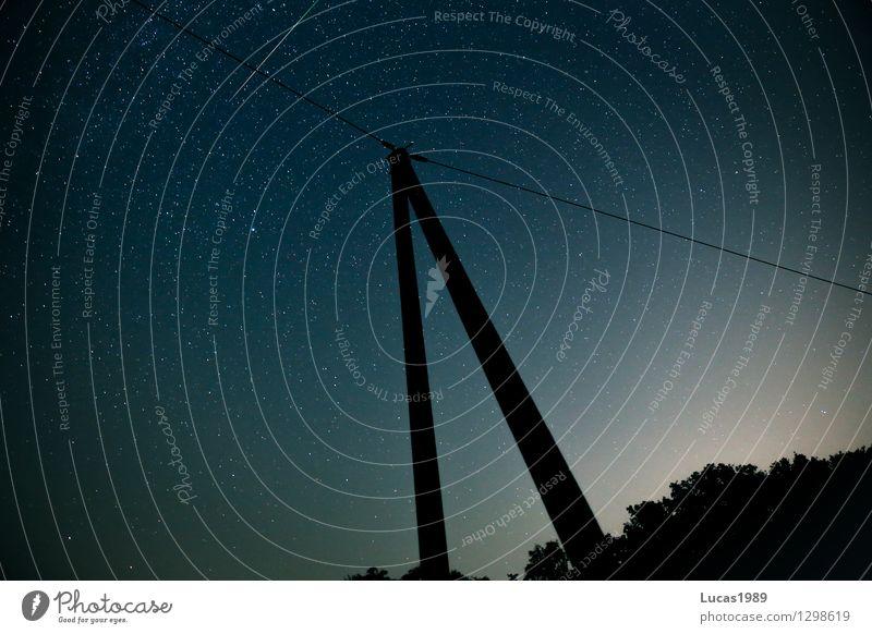 Leitung, Mast und Sternschnuppe Himmel Natur Sommer dunkel Wald Umwelt Wiese Feld Technik & Technologie Telekommunikation Schönes Wetter Wolkenloser Himmel