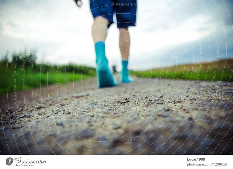 ohne Siebenmeilenstiefel gehen Mensch Junger Mann Jugendliche Erwachsene Beine Fuß 1 Gewitterwolken schlechtes Wetter Unwetter Feld Schotterweg Fußweg Strümpfe