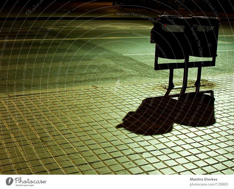 Im Mondenschein.... Stadt grün Einsamkeit Straße Linie Beleuchtung dreckig leer Sicherheit Ordnung Sauberkeit Müll Reinigen geheimnisvoll Dienstleistungsgewerbe