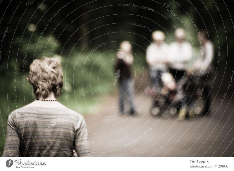Ausgestoßen Mensch Einsamkeit dunkel Wege & Pfade Menschengruppe Traurigkeit Familie & Verwandtschaft gehen blond Rücken warten wandern stehen Spaziergang Trauer Fußweg