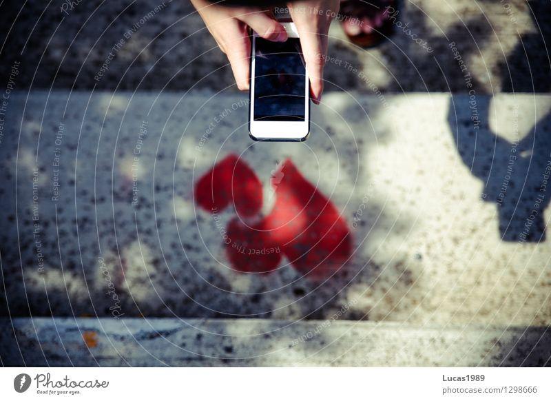 Liebe konservieren Handy PDA Fotokamera Mädchen Junge Frau Jugendliche Finger 1 Mensch Herz 2 Treppe Schatten festhalten schreiben rot Sympathie Verliebtheit