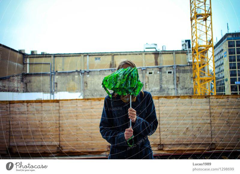 Anonymisierung mit Regenschirm Mensch Frau Jugendliche grün Junge Frau 18-30 Jahre Erwachsene feminin Mauer Angst blond Baustelle geheimnisvoll festhalten Zaun