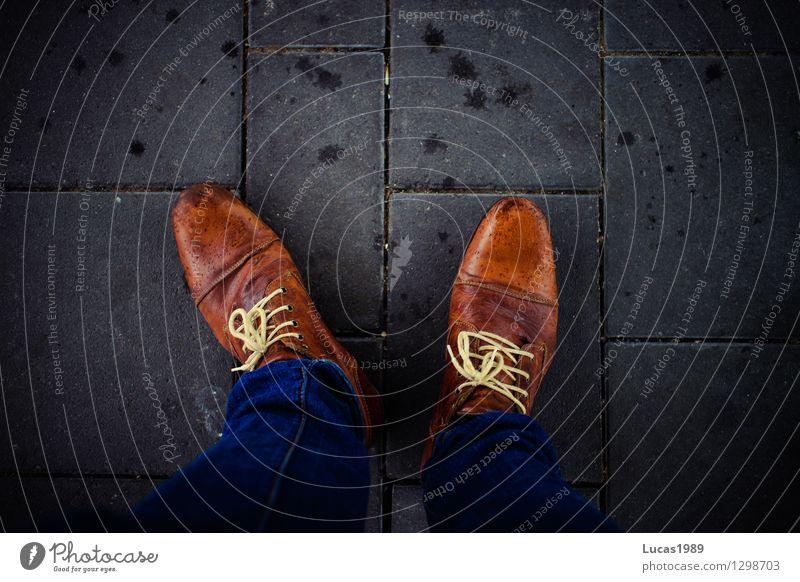 Schuhwerk Mensch maskulin Mann Erwachsene Fuß 1 Pflastersteine Boden Mode Jeanshose Schuhe Lederschuhe Tropfen Bewegung gehen stehen warten elegant schön