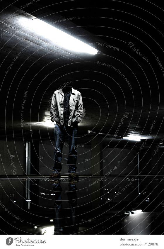 kopfloser Reiter Mann Kerl leer dunkel Garage Untergrund Tiefgarage Parkplatz Ziffern & Zahlen Lampe Leuchtstoffröhre Reflexion & Spiegelung Pfütze Schuhe Hose
