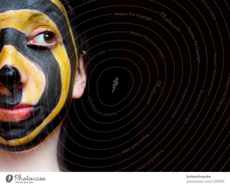 Gemischte Gefühle Jugendliche Farbe schwarz Gesicht gelb Kopf Streifen Maske Schminke Gesichtsausdruck gestreift Spirale Mensch Bildausschnitt Schminken