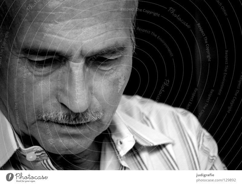 Denken Porträt Mann Senior Unglaube skeptisch Erwartung Bart Stirn Weisheit Philosoph Vatergefühl Hemd gestreift Schwarzweißfoto Gesicht 70+ Blick Nase Mund