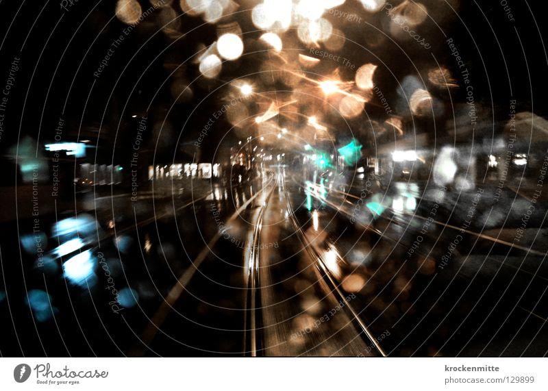 Im letzten Tram Stadt dunkel Regen glänzend Glas Wassertropfen nass Verkehr Schweiz Gleise Fensterscheibe Nacht spät Straßenbahn Ausgang Nachtleben