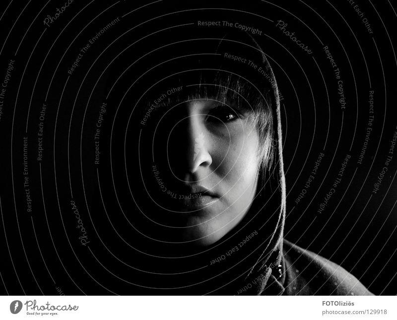 scarface? Frau verpackt dunkel Einsamkeit Kapuze Silhouette Nacht Schattenkind Schwarzweißfoto woman Gesicht Nase Mund Auge Ohr Pony Profil schattenwelt