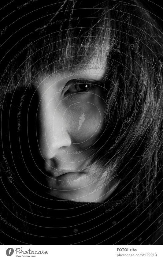 Portrait ohne Namen Frau Haare & Frisuren Fotolabor Licht Schattenkind Schwarzweißfoto Low Key Gesicht Auge mudn Nase schattenwelt
