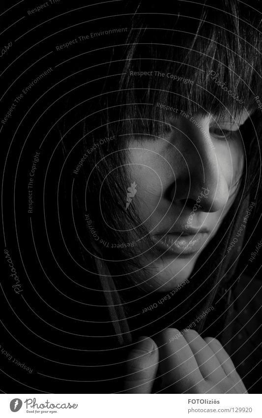 Einsam Frau dunkel schwarz weiß Wimpern Hand Einsamkeit Trauer Denken In sich gekehrt Haare & Frisuren Verzweiflung Schwarzweißfoto Nase Mund Gesicht face