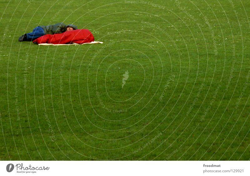 Eckenschläfer Wiese Gras grün schlafen Schlafsack Obdachlose Erholung kalt Frühling Park Freiraum Platz links ducken rot Farbfleck sehr wenige aufräumen