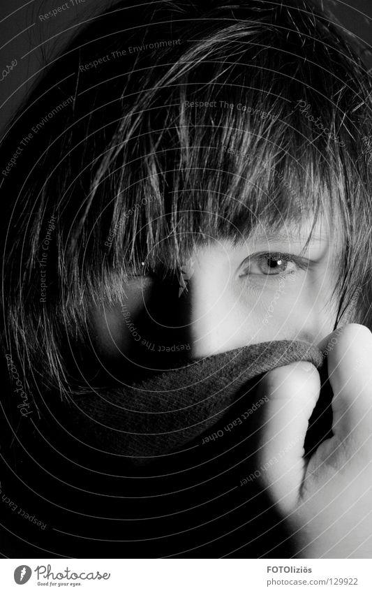 Phantomia #50 fremd verpackt Frau Hand Haarsträhne Schwarzweißfoto anonym Auge Gesichtsausdruck Schatten face Haare & Frisuren Pony incognito