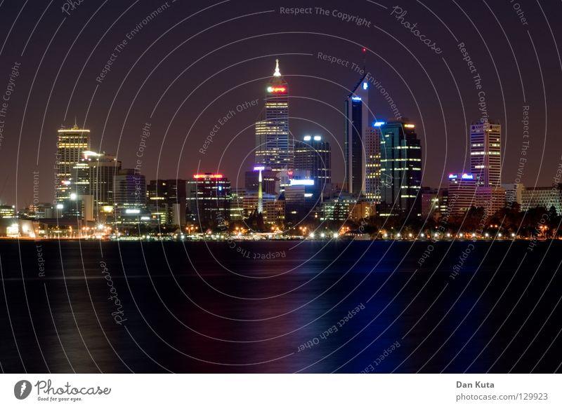 Gotham City Wasser blau Ferne Lampe träumen nass groß Hochhaus hoch Macht Bankgebäude Niveau violett fantastisch Spiegel Skyline