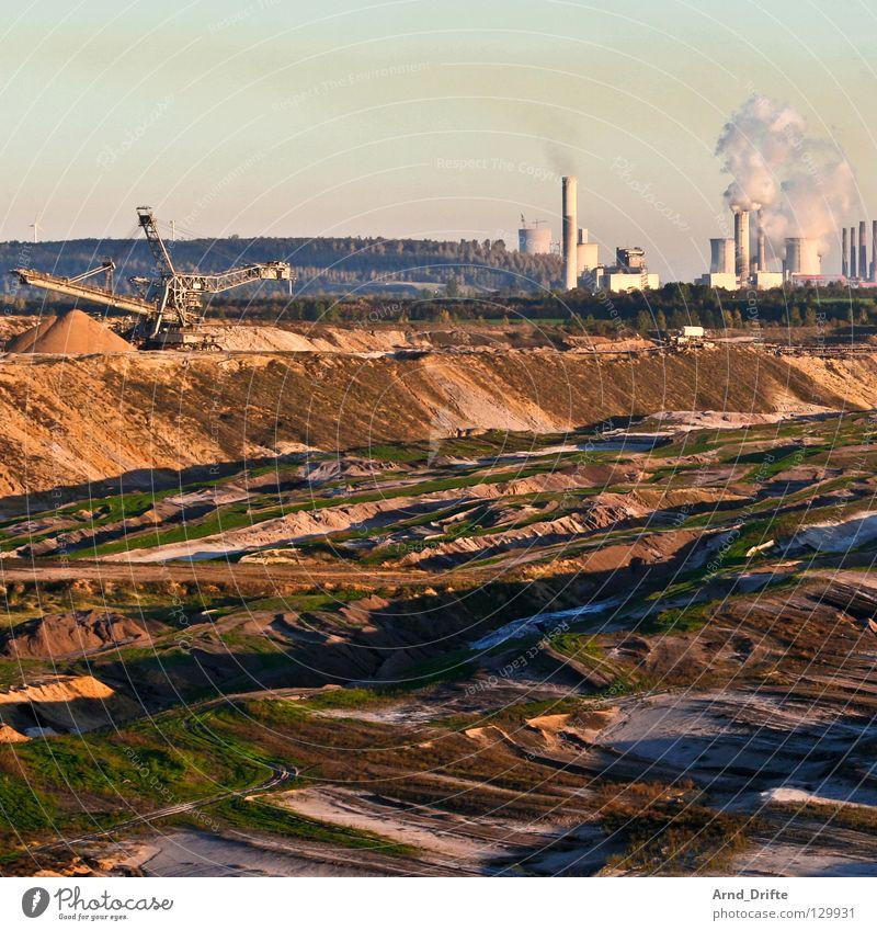 Garzweiler Himmel Sand braun Horizont Erde Industrie Energiewirtschaft Fabrik kaputt Rauch Flasche Schornstein Zerstörung Demontage Umweltverschmutzung