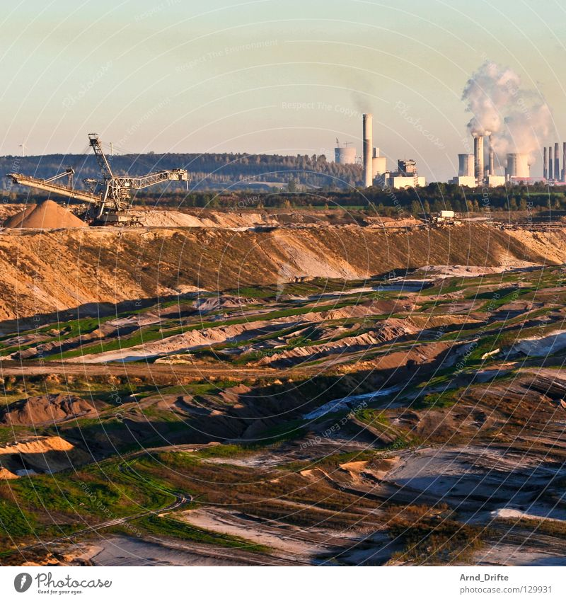 Garzweiler Himmel Sand braun Horizont Erde Industrie Energiewirtschaft Fabrik kaputt Rauch Flasche Schornstein Zerstörung Demontage Umweltverschmutzung Stromkraftwerke